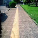 Πεζοδρόμιο με πλάκες Βοτσαλο και μονοπάτι ΑΜΕΑ